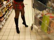Vrouw zonder ondergoed in een openbare winkel