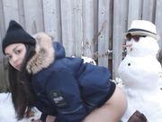 Meisje maakt seks met een sneeuwpop buiten