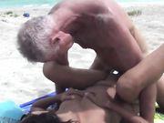 Seks en pijpbeurt op een openbaar strand met een geile aziatische vrouw