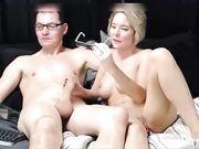 Een mooie vrouw doet een pijpbeurt voor de webcam