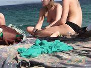 Drie topless meisjes worden in het geheim op het strand gefilmd