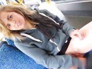 Jong meisje toont kutje in openbare bus en zij masturbeert