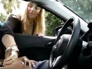 Een blonde wordt gefilmd terwijl ze in een auto over een verborgen camera wrijft