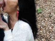 Een volwkonten prostituee wordt gefilmd terwijl ze een pijpbeurt in het bos doet
